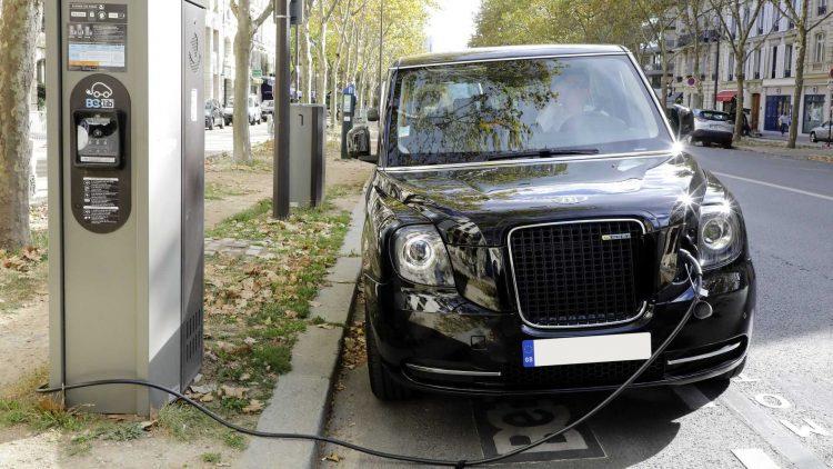 Taxi elettrici, in Inghilterra si sperimenta la ricarica wireless.