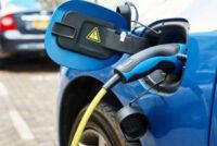 Le etichette per le auto elettriche e le stazioni di ricarica